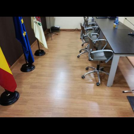 Reforma interior. pavimento de madera y rampa accesible en sala de juntas